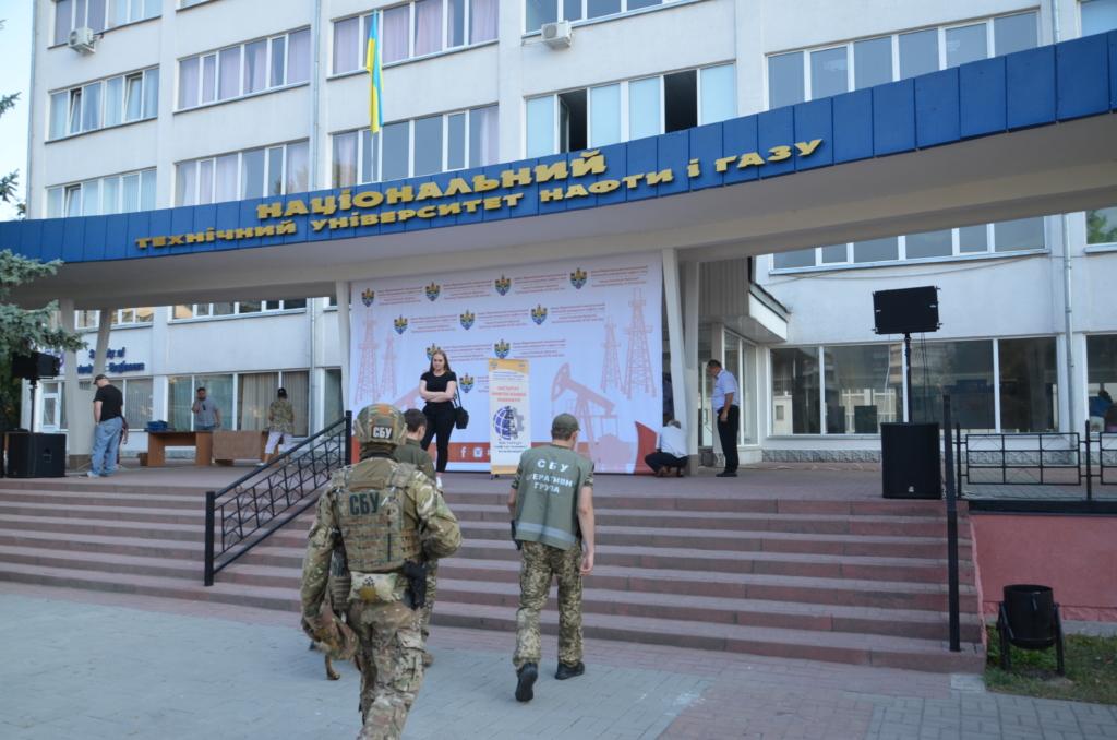 Перед святковими лінійками СБУ та поліція обстежили навчальні заклади у Франківську 4
