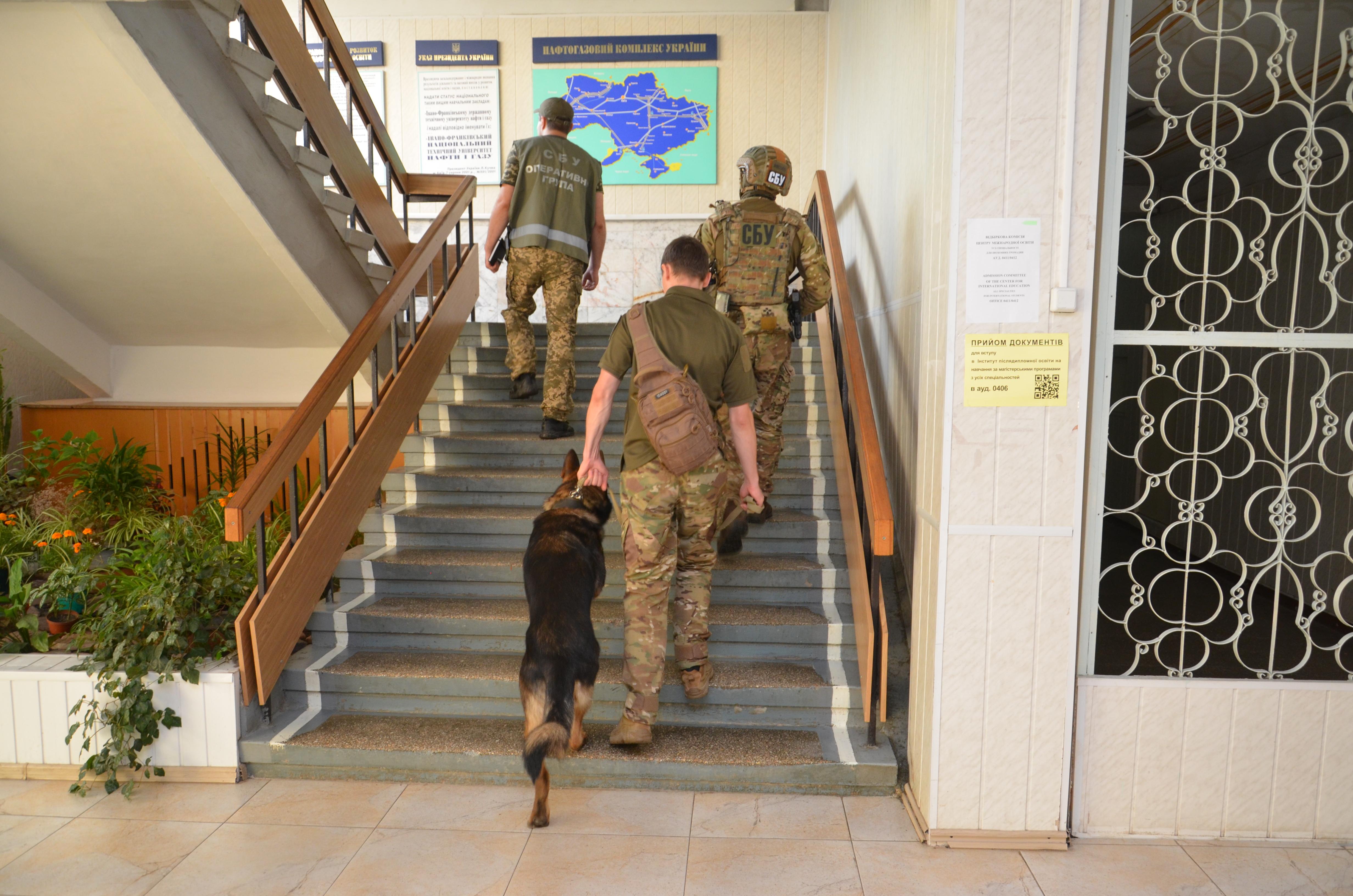 Перед святковими лінійками СБУ та поліція обстежили навчальні заклади у Франківську 10