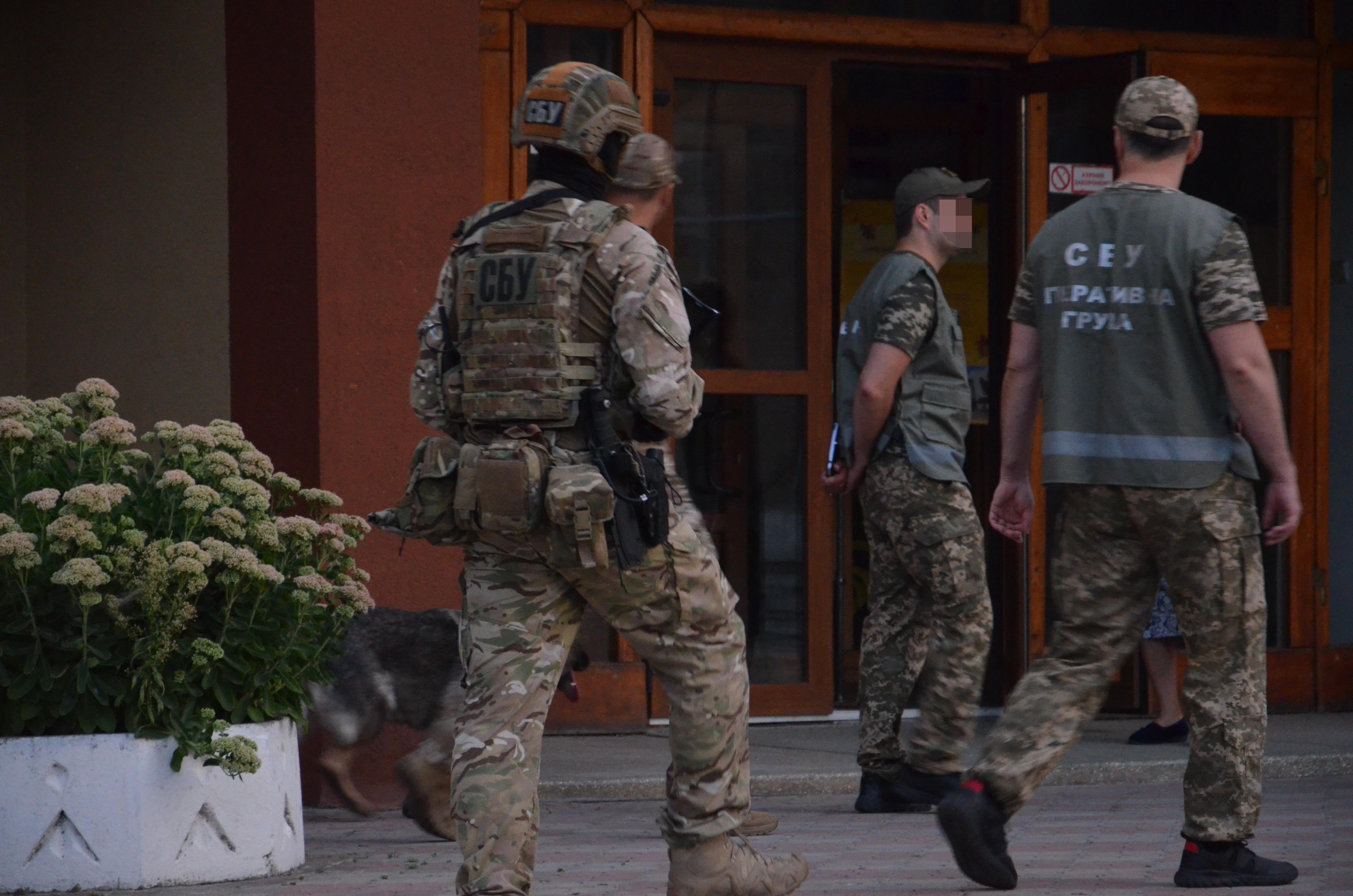 Перед святковими лінійками СБУ та поліція обстежили навчальні заклади у Франківську 7
