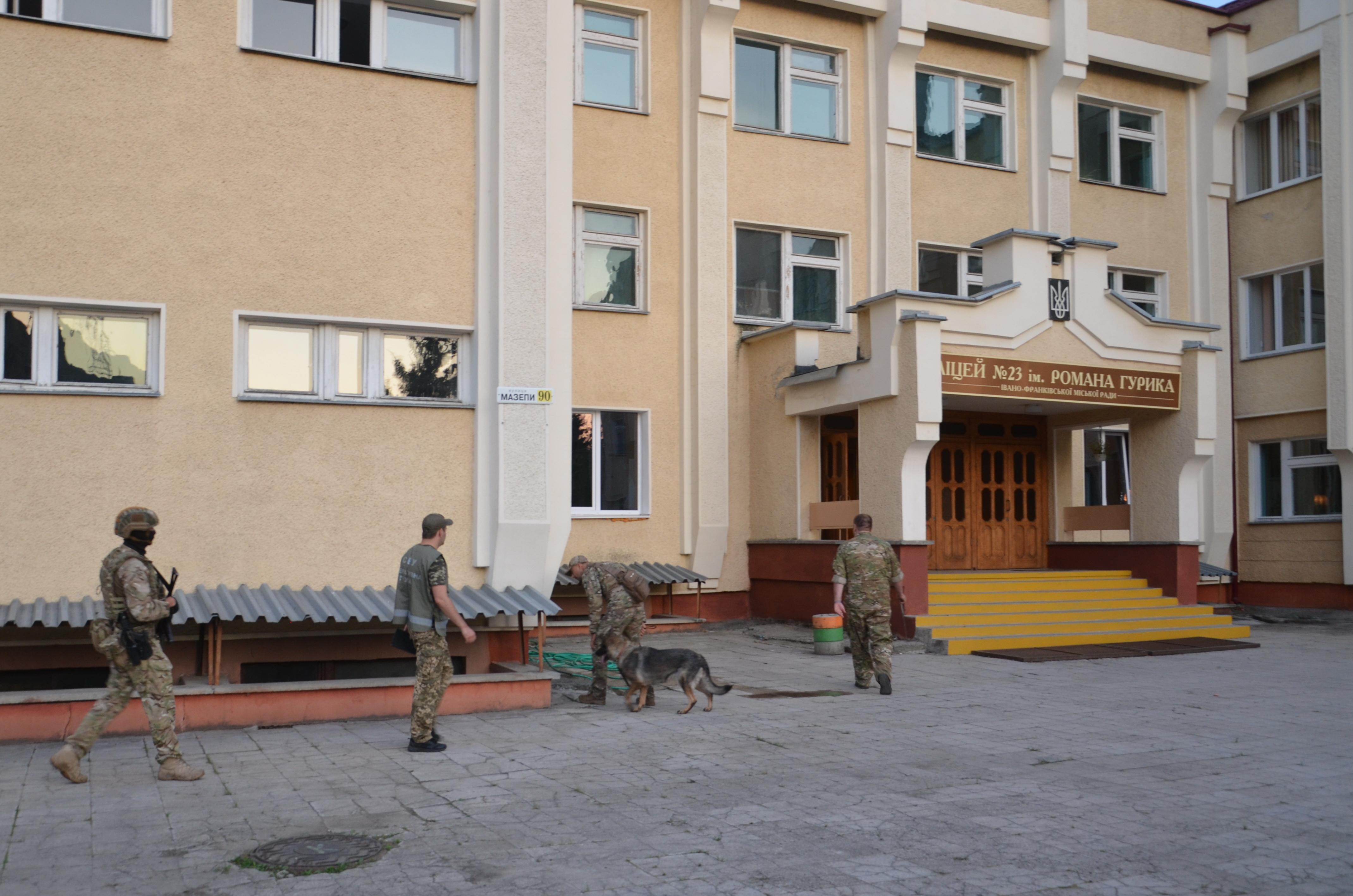 Перед святковими лінійками СБУ та поліція обстежили навчальні заклади у Франківську 8