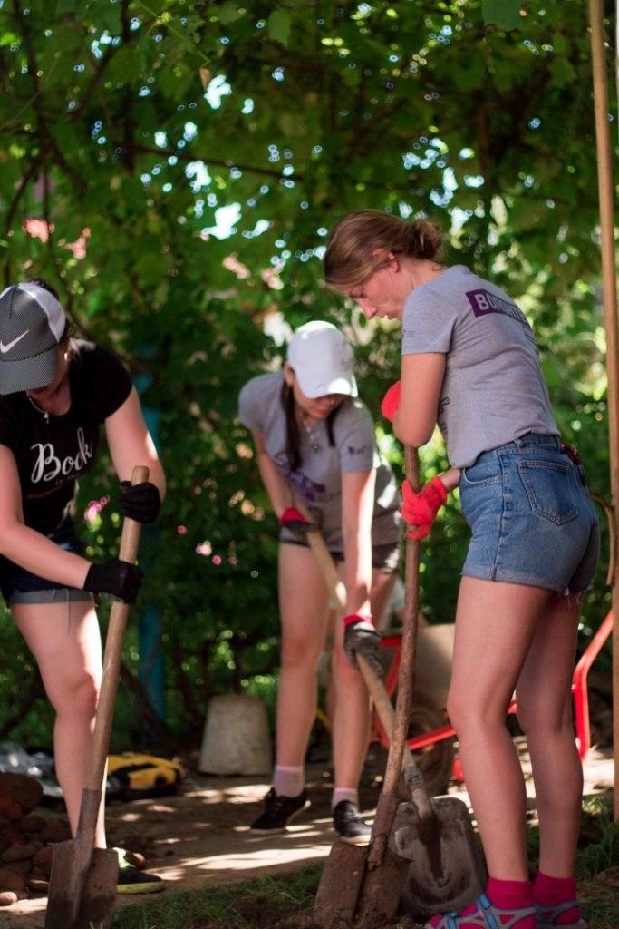 Ремонтуємо, малюємо й комунікуємо: як волонтери БУРу змінювали Надвірну 12