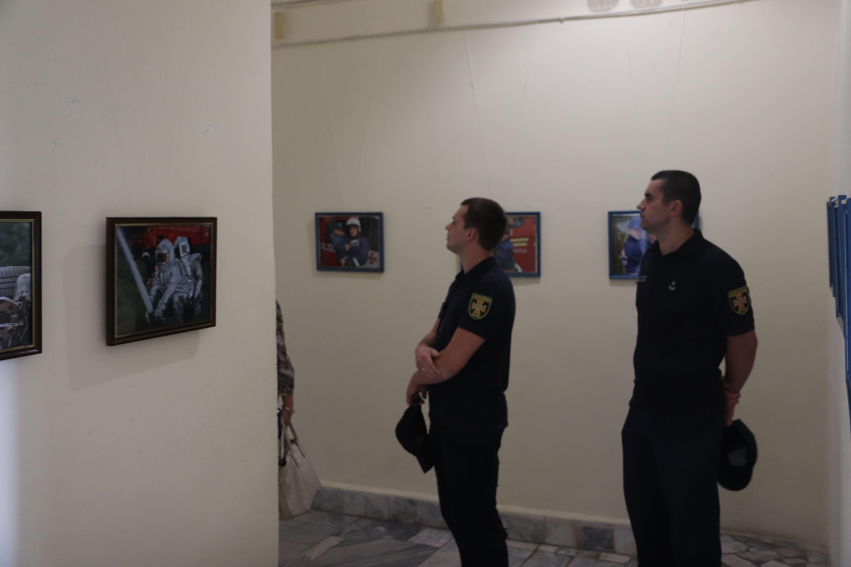 У Франківську відкрили виставку світлин про роботу рятувальників 44