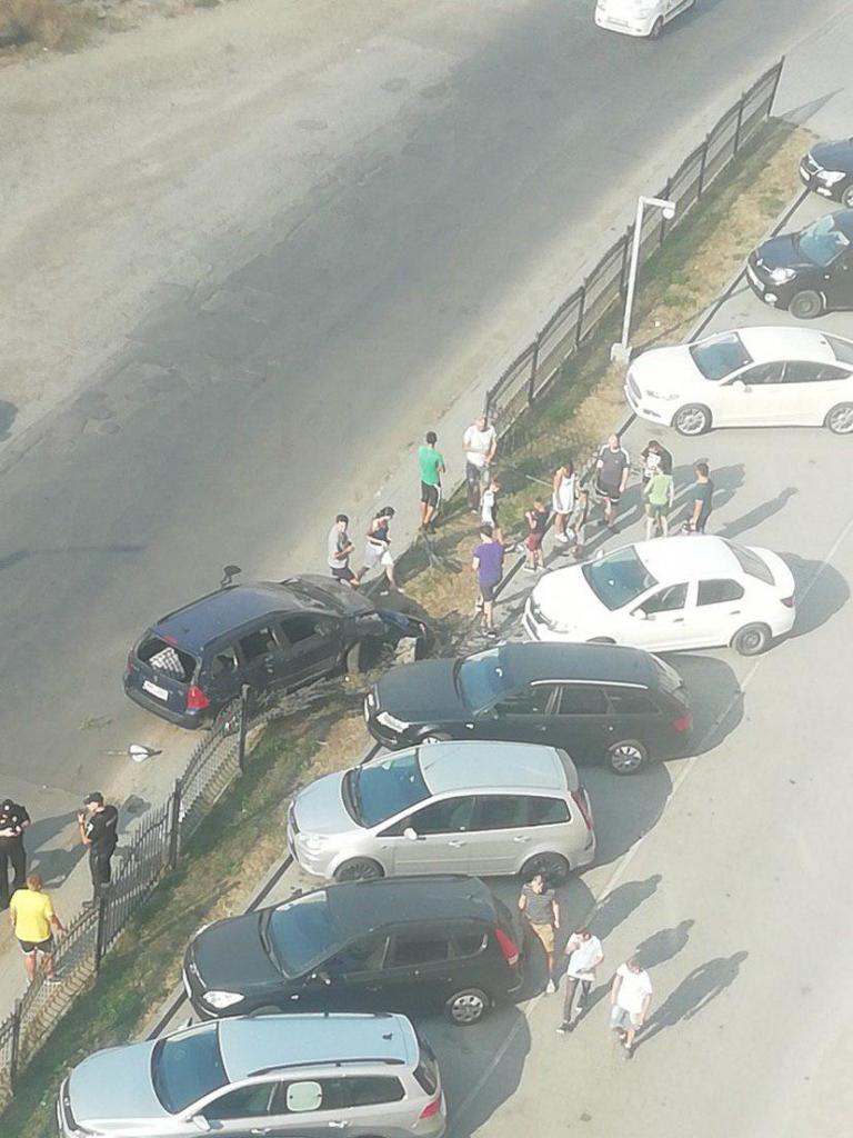 У Франківську п'яний водій в'їхав в огорожу та розтрощив два автомобілі 2