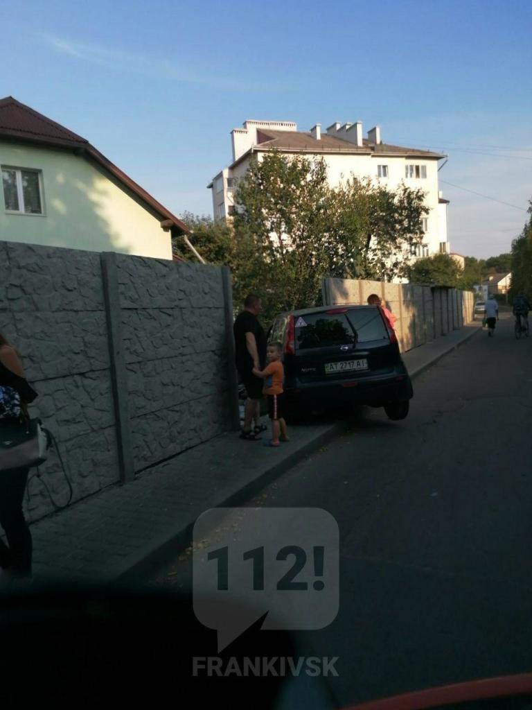 На вулиці Миру у Франківську Nissan врізався у паркан. Оновлено 2
