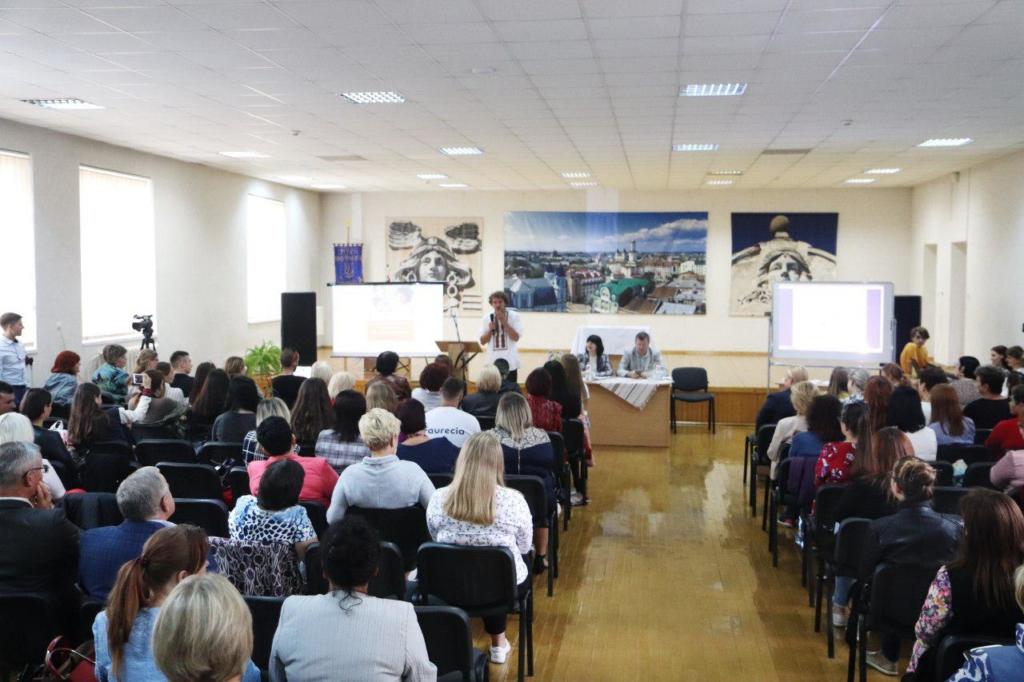 Євген Клопотенко у Франківську представив нове шкільне харчування і отримав вишиванку 8