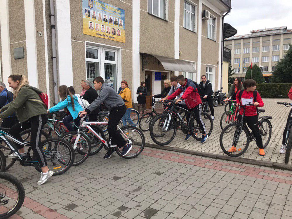 З Тисмениці школярі з учителями вирушили на велопрощу у Погоню 6