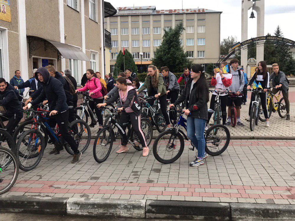 З Тисмениці школярі з учителями вирушили на велопрощу у Погоню 8