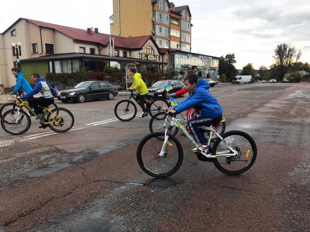 З Тисмениці школярі з учителями вирушили на велопрощу у Погоню 10