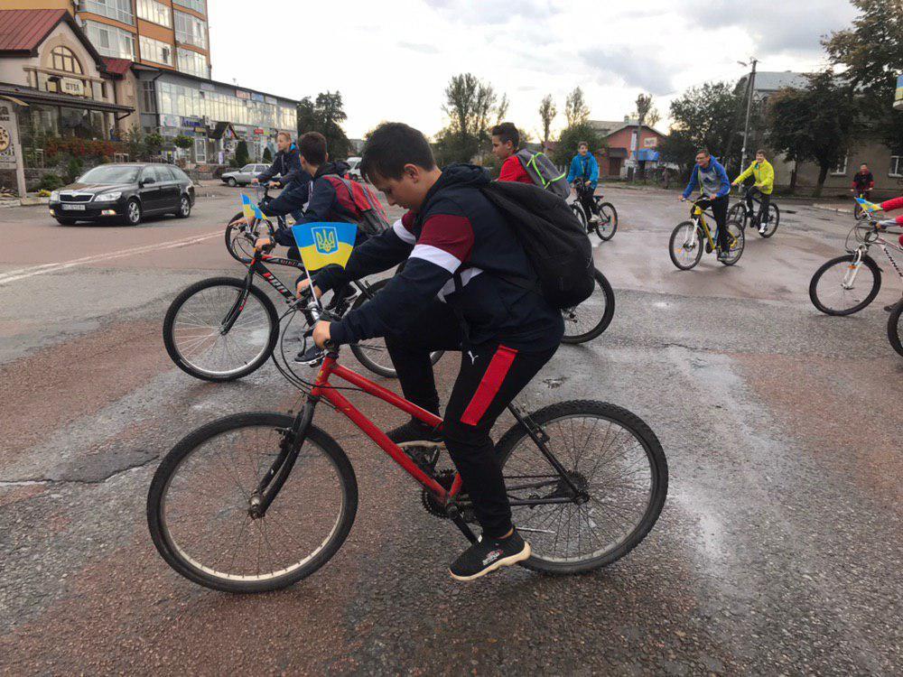 З Тисмениці школярі з учителями вирушили на велопрощу у Погоню 12