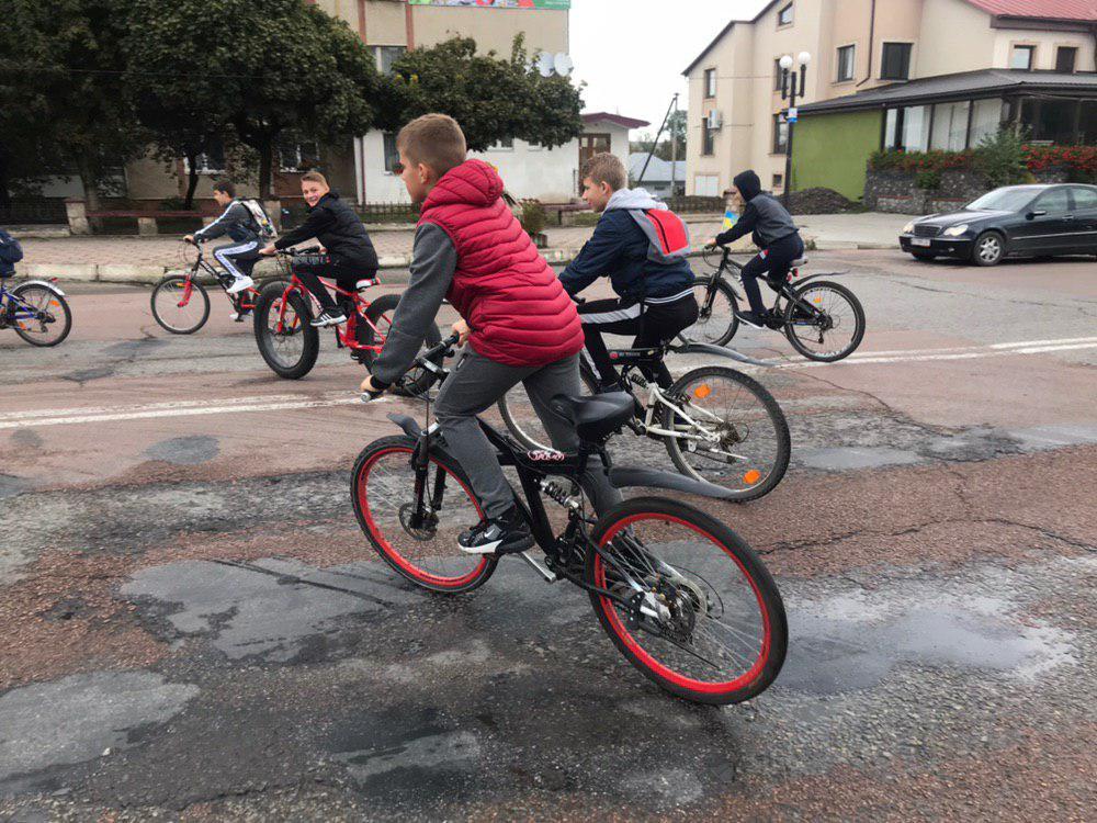 З Тисмениці школярі з учителями вирушили на велопрощу у Погоню 14