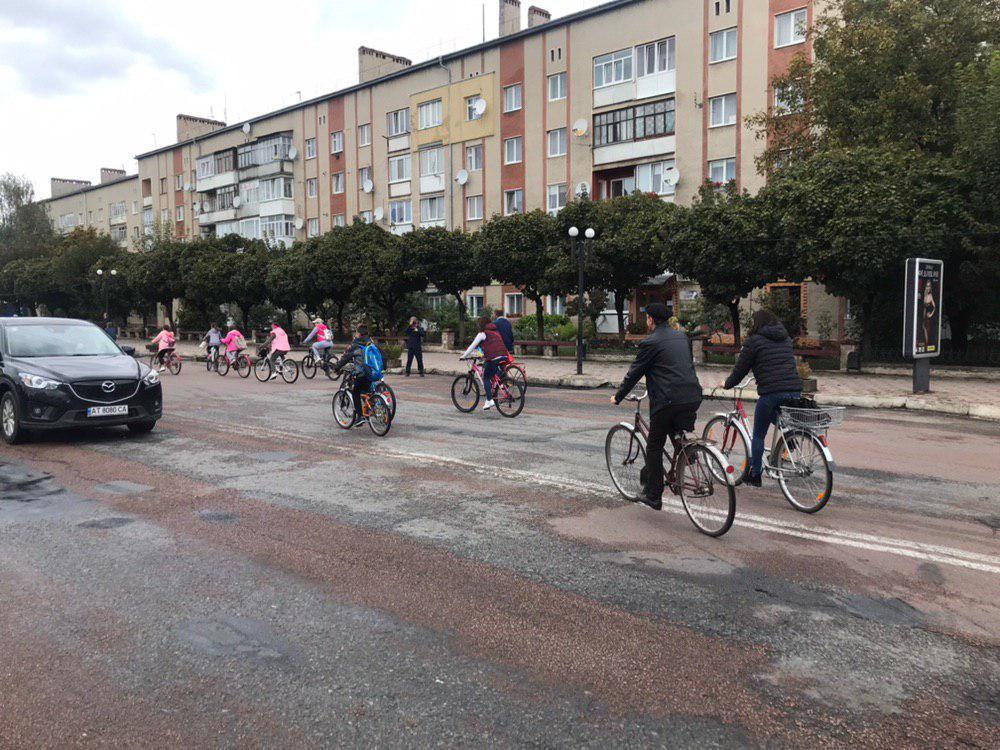 З Тисмениці школярі з учителями вирушили на велопрощу у Погоню 16