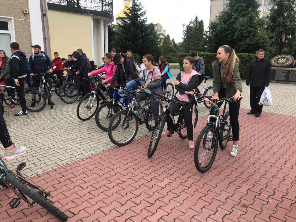 З Тисмениці школярі з учителями вирушили на велопрощу у Погоню 2