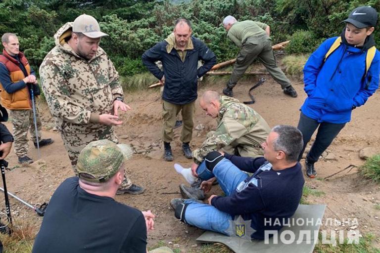 Прикарпатські поліцейські знесли з Говерли чоловіка, який пошкодив ногу 2