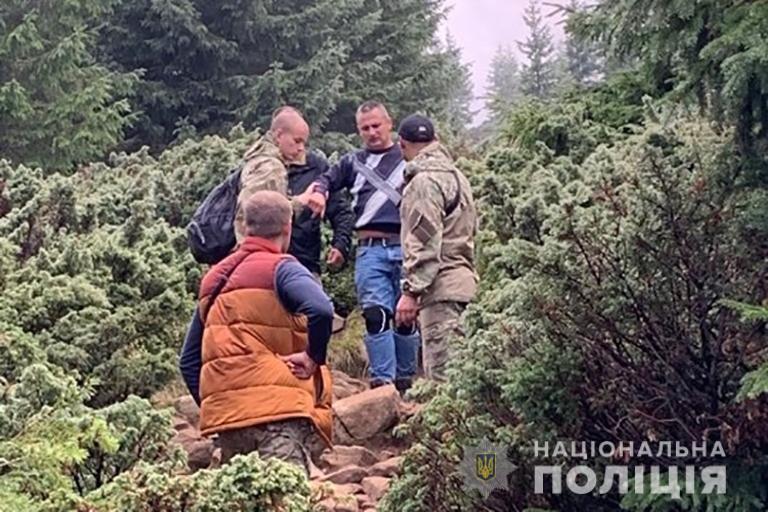 Прикарпатські поліцейські знесли з Говерли чоловіка, який пошкодив ногу 6