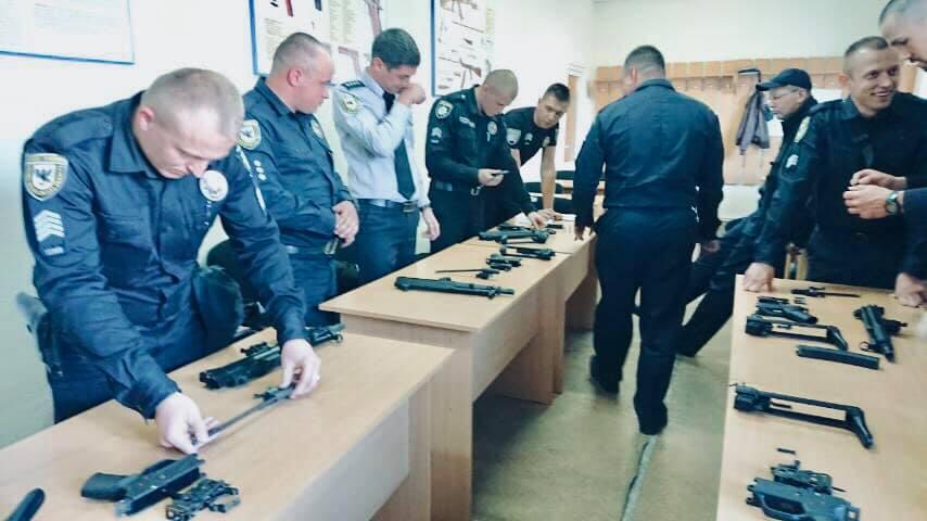 Прикарпатських поліцейських озброїли пістолетами-кулеметами 2