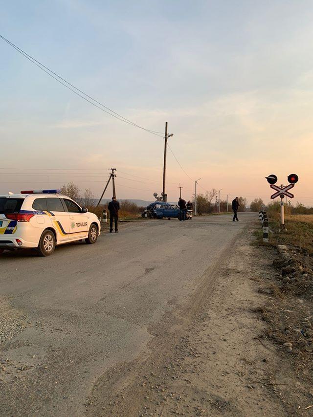 В Калуші на переїзді поїзд протаранив ВАЗ 2