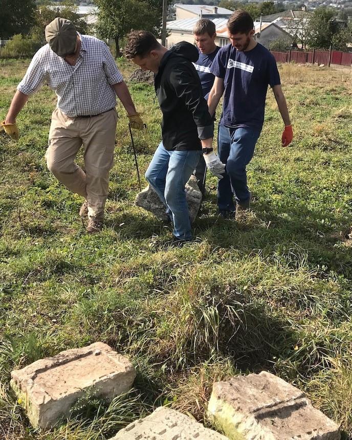У фундаменті будинку в Рогатині знайшли фрагменти єврейських надгробків 6
