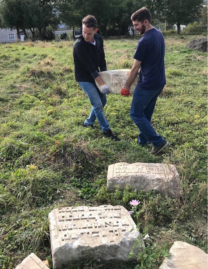 У фундаменті будинку в Рогатині знайшли фрагменти єврейських надгробків 8