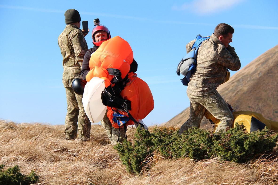 Вперше військові рятувальники стрибнули з парашутом на Говерлу 16