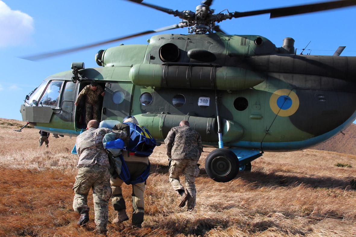 Вперше військові рятувальники стрибнули з парашутом на Говерлу 14
