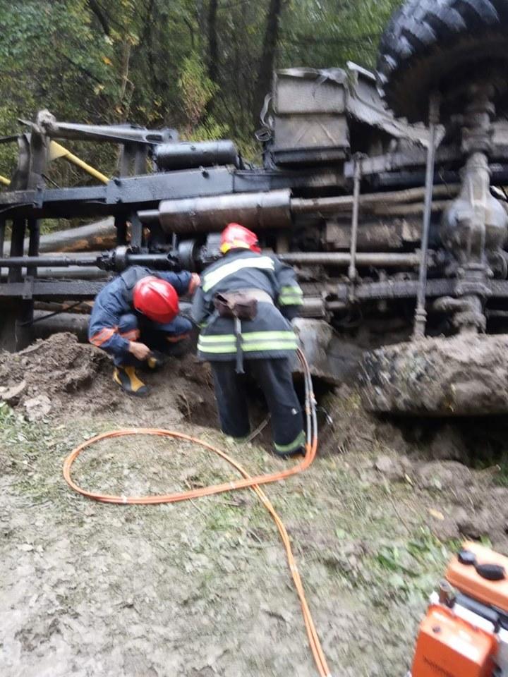 На Коломийщині перевернувся лісовоз – водія затиснуло у кабіні 2