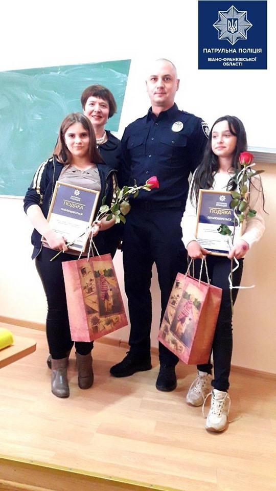 У Франківську керівник патрульної поліції відзначив школярок, які допомогли затримати грабіжника 2