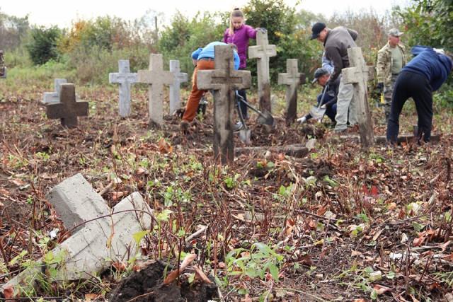 На Прикарпатті волонтери впорядкували занедбане військове кладовище Першої світової війни 12