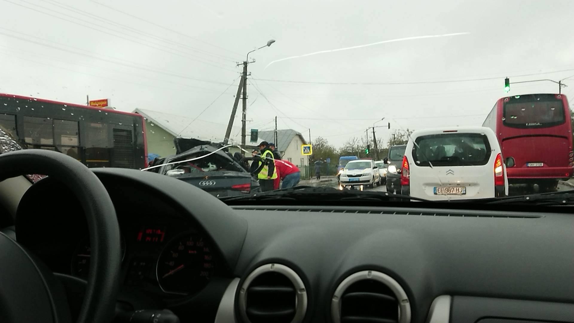 У Крихівцях зіткнулись два авто та комунальний автобус 2