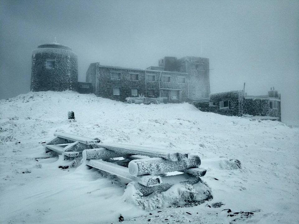 Через сніг з дощем туристи не могли зійти з гір на Яремчанщині 2