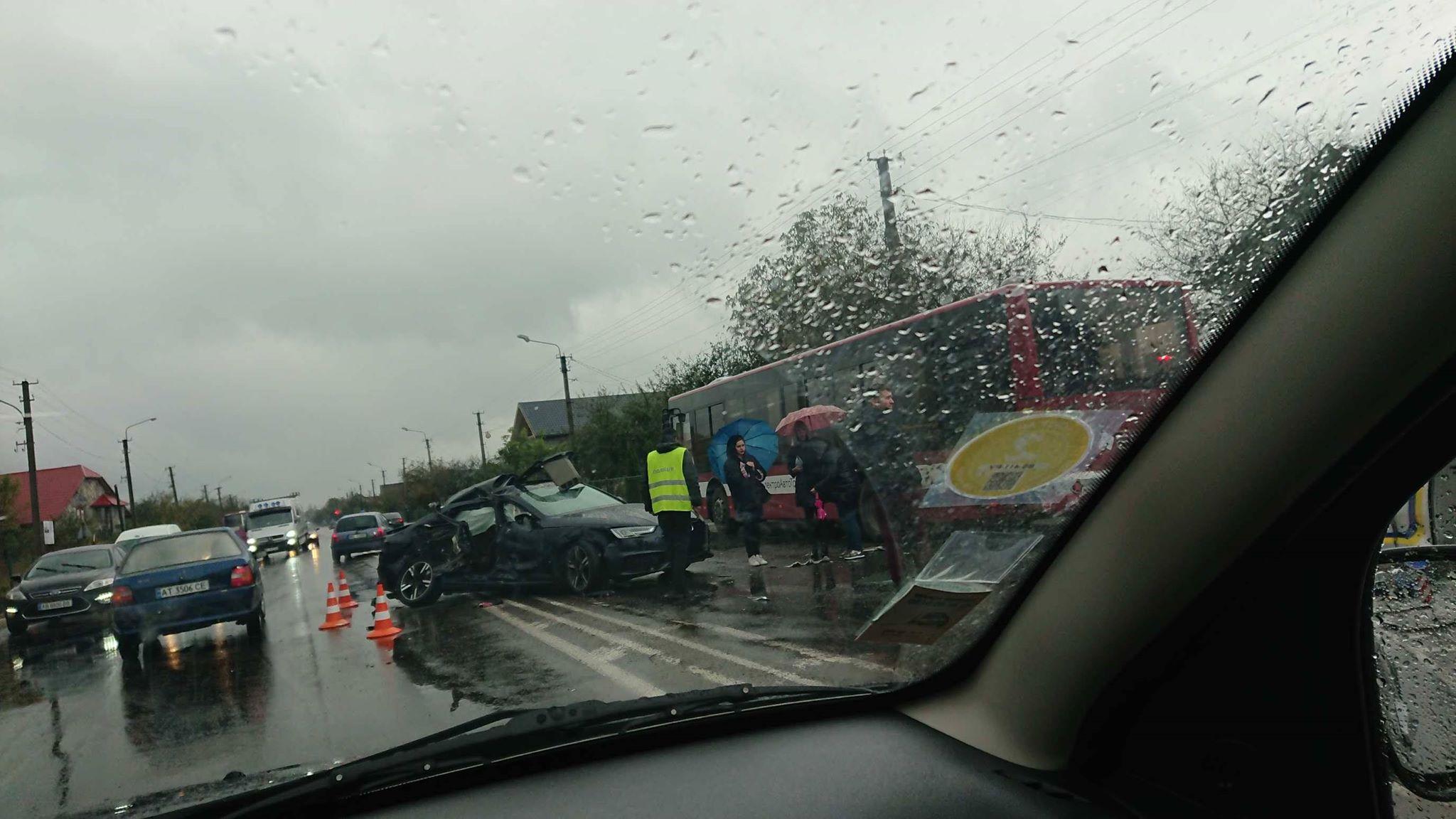 У Крихівцях зіткнулись два авто та комунальний автобус 4