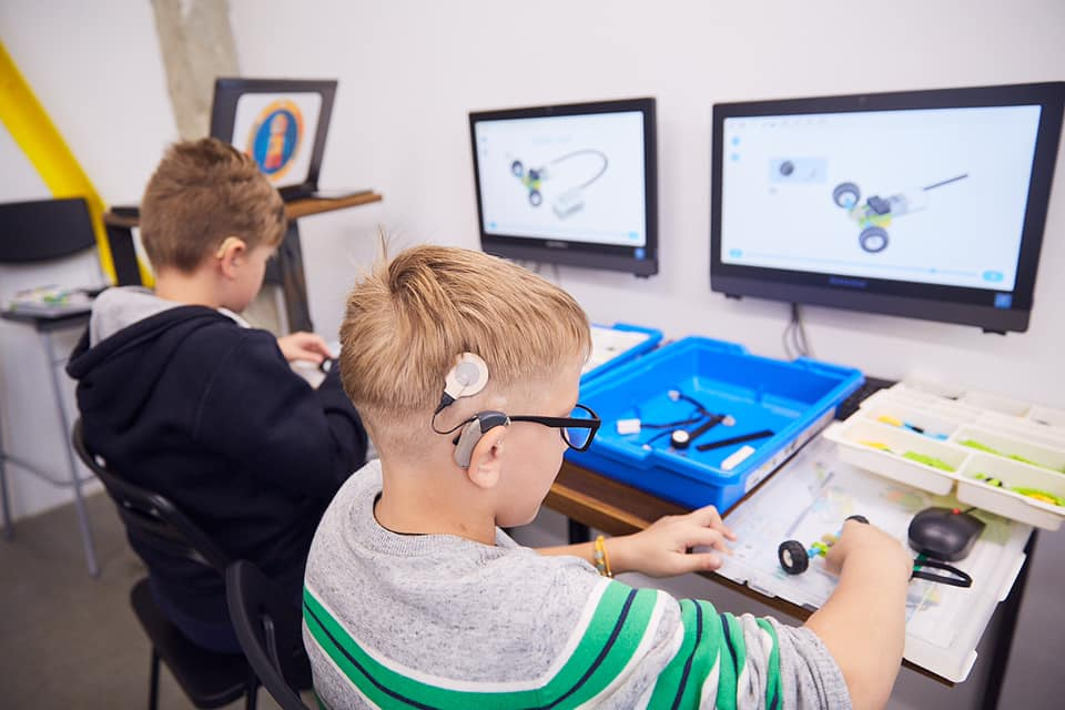 У Франківську дітей з вадами слуху безкоштовно почали навчати робототехніці 1