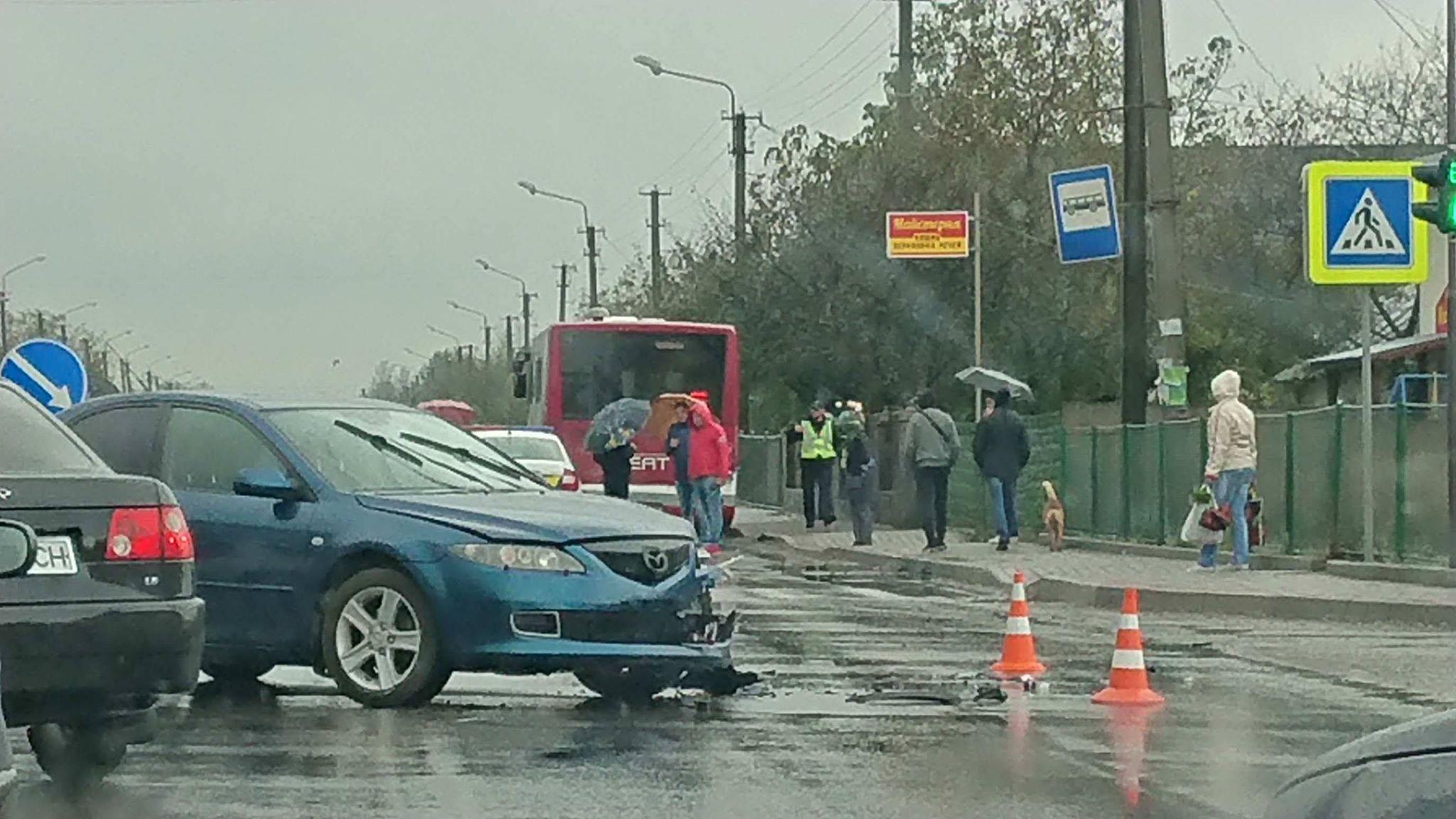 У Крихівцях зіткнулись два авто та комунальний автобус 6