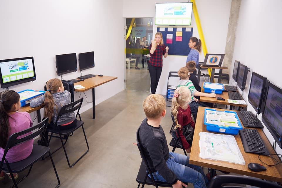У Франківську дітей з вадами слуху безкоштовно почали навчати робототехніці 3