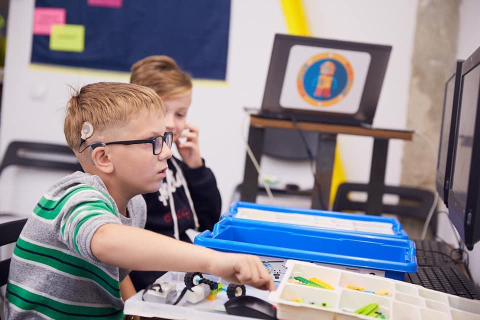 У Франківську дітей з вадами слуху безкоштовно почали навчати робототехніці 4