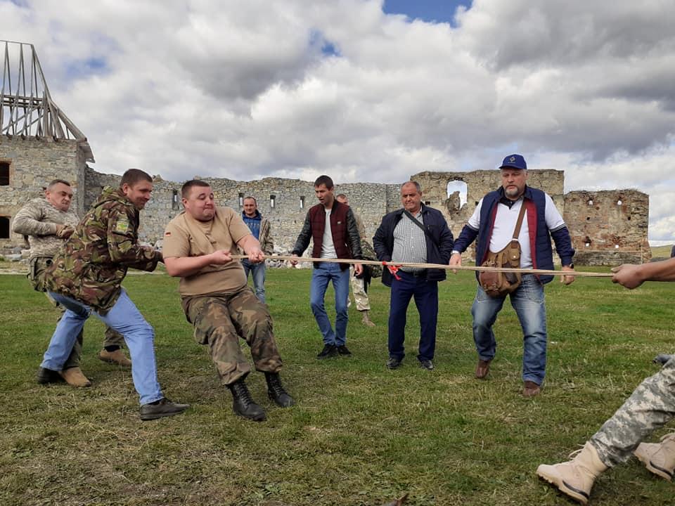 """У Пнівському замку  в поїданні каші змагались """"козаки"""" 12"""