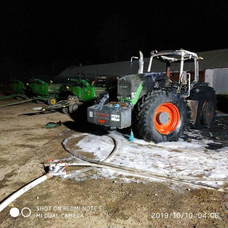 Вночі у городенківського фермера згоріли два трактори й причіп 4