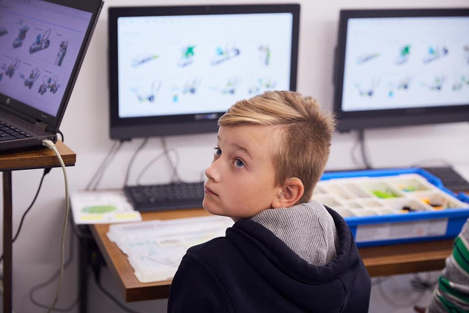 У Франківську дітей з вадами слуху безкоштовно почали навчати робототехніці 12