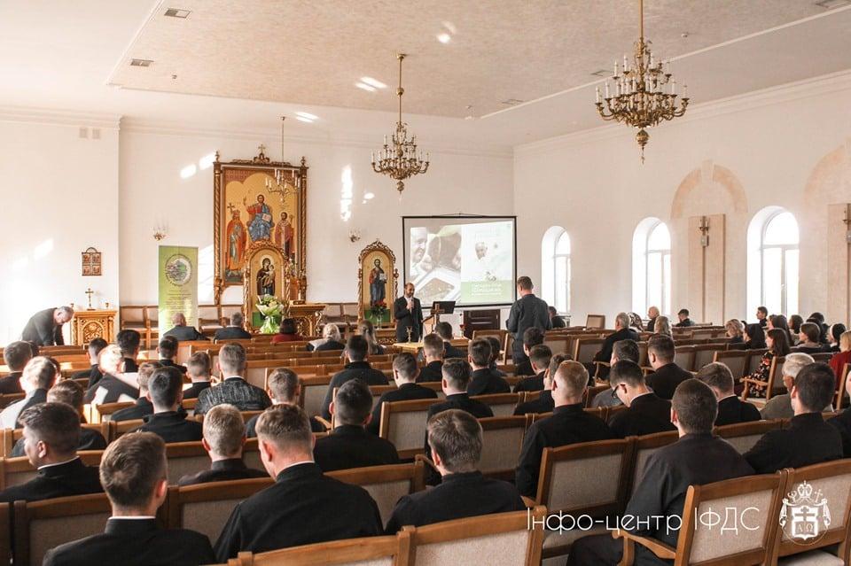Співи, кухня, канонічне мовчання: як живуть в семінарії майбутні отці 4