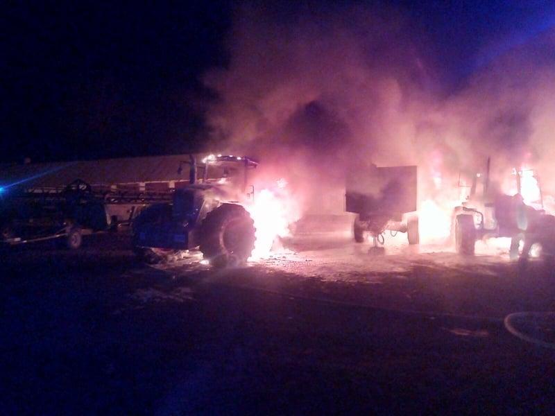 Вночі у городенківського фермера згоріли два трактори й причіп 2
