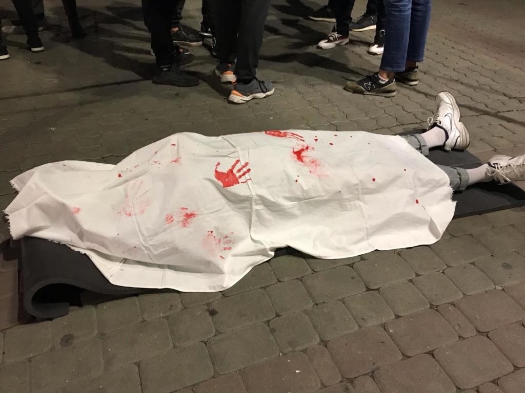 """В центрі Франківська поклали """"труп"""", щоби поговорити про смерть 2"""