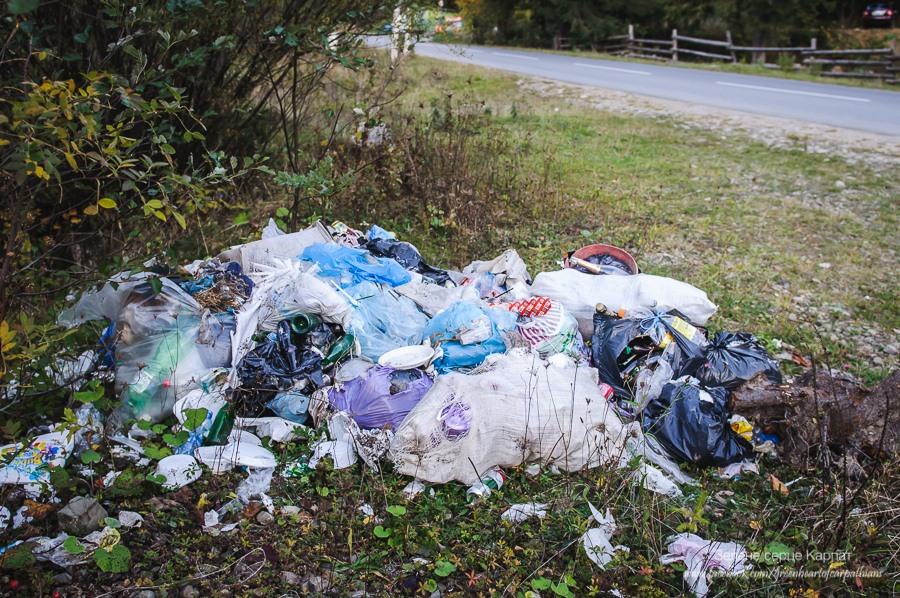 """Три купи: фестивальне сміття """"Полонинського літа"""" досі лежить попри дорогу у Верхньому Ясенові 6"""