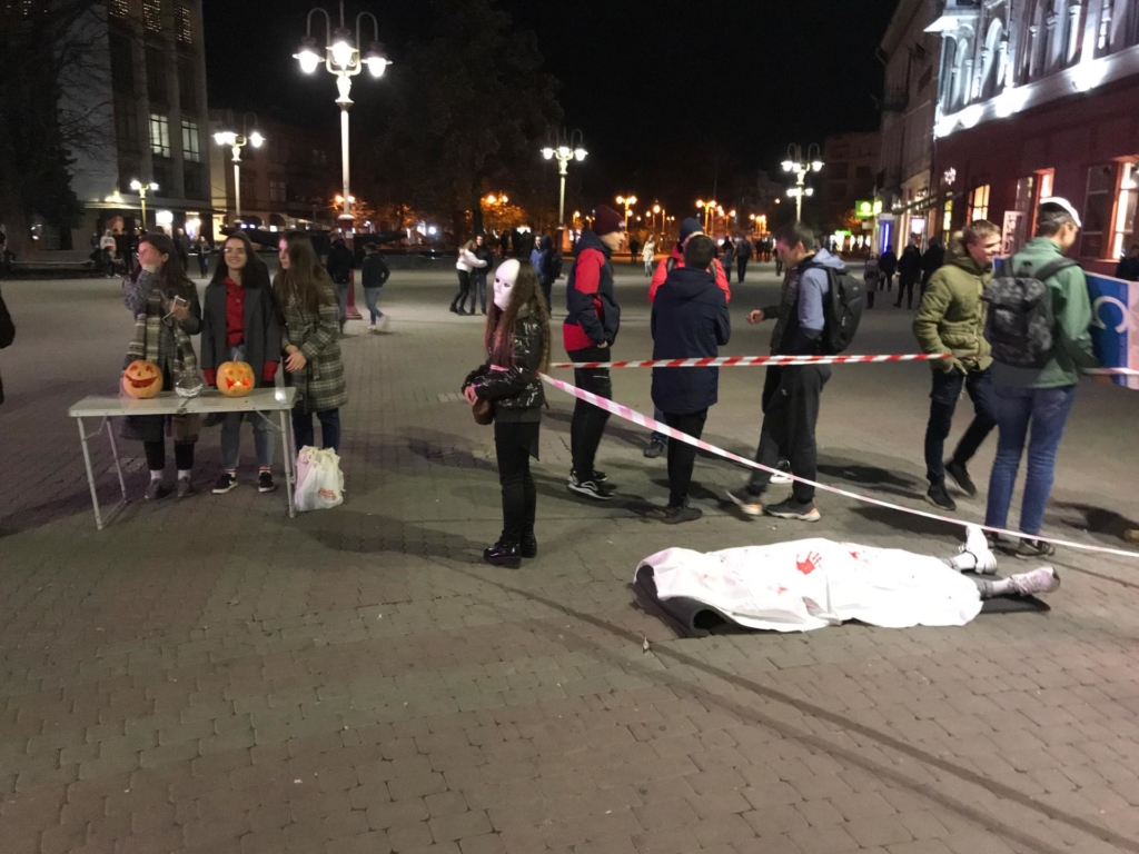 """В центрі Франківська поклали """"труп"""", щоби поговорити про смерть 4"""