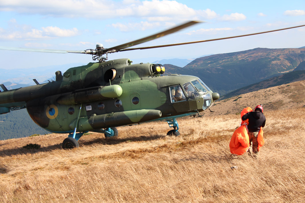 Вперше військові рятувальники стрибнули з парашутом на Говерлу 8