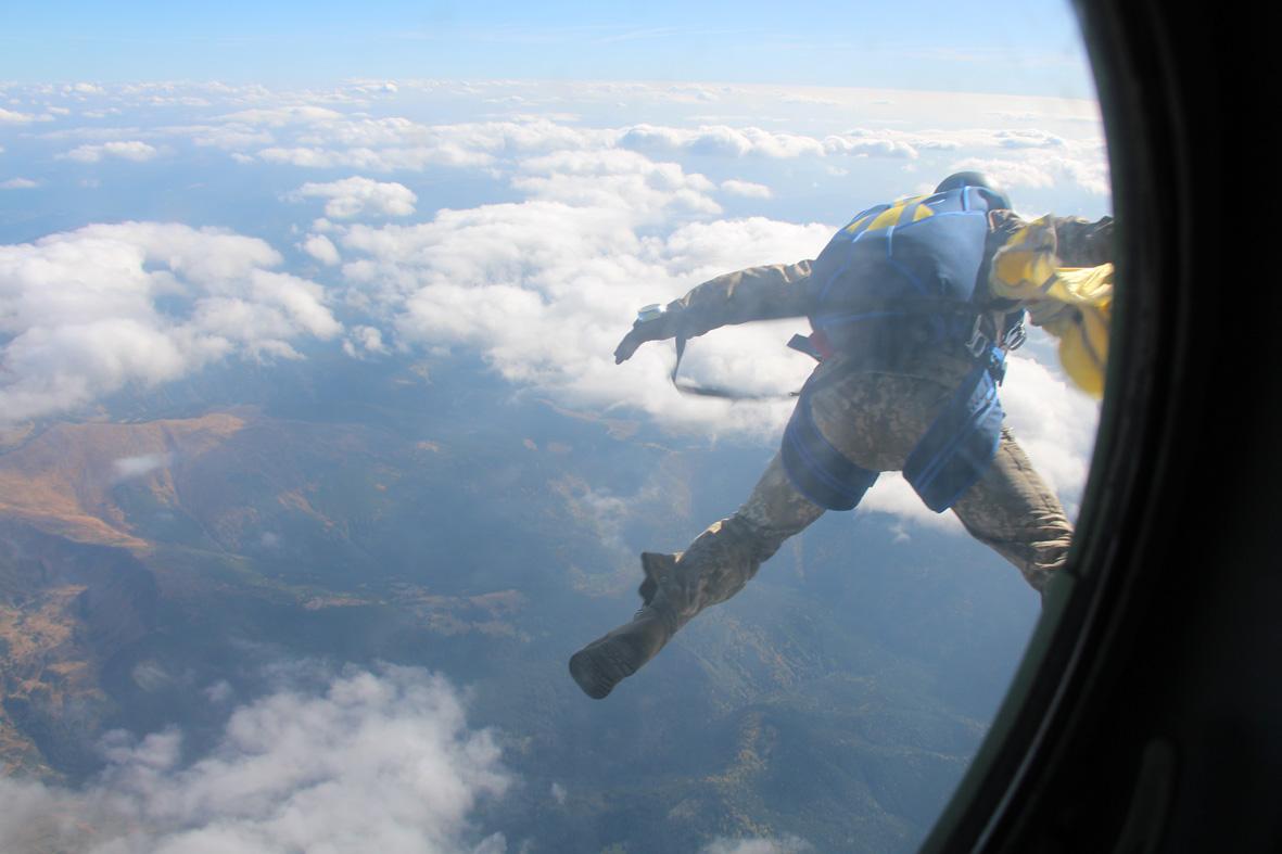 Вперше військові рятувальники стрибнули з парашутом на Говерлу 12