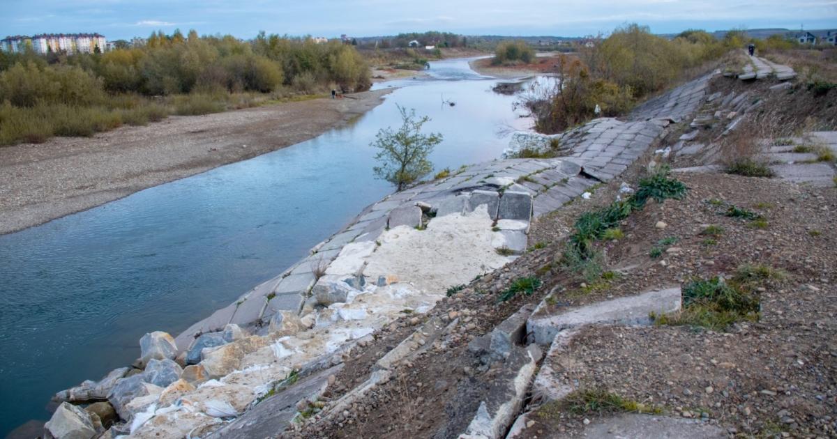 200 тисяч на берегоукріплення: поблизу Франківська почали ремонтувати дамбу