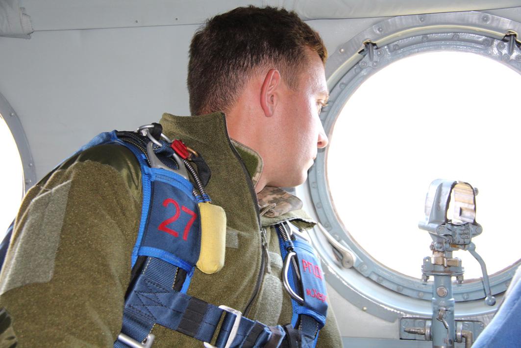Вперше військові рятувальники стрибнули з парашутом на Говерлу 4
