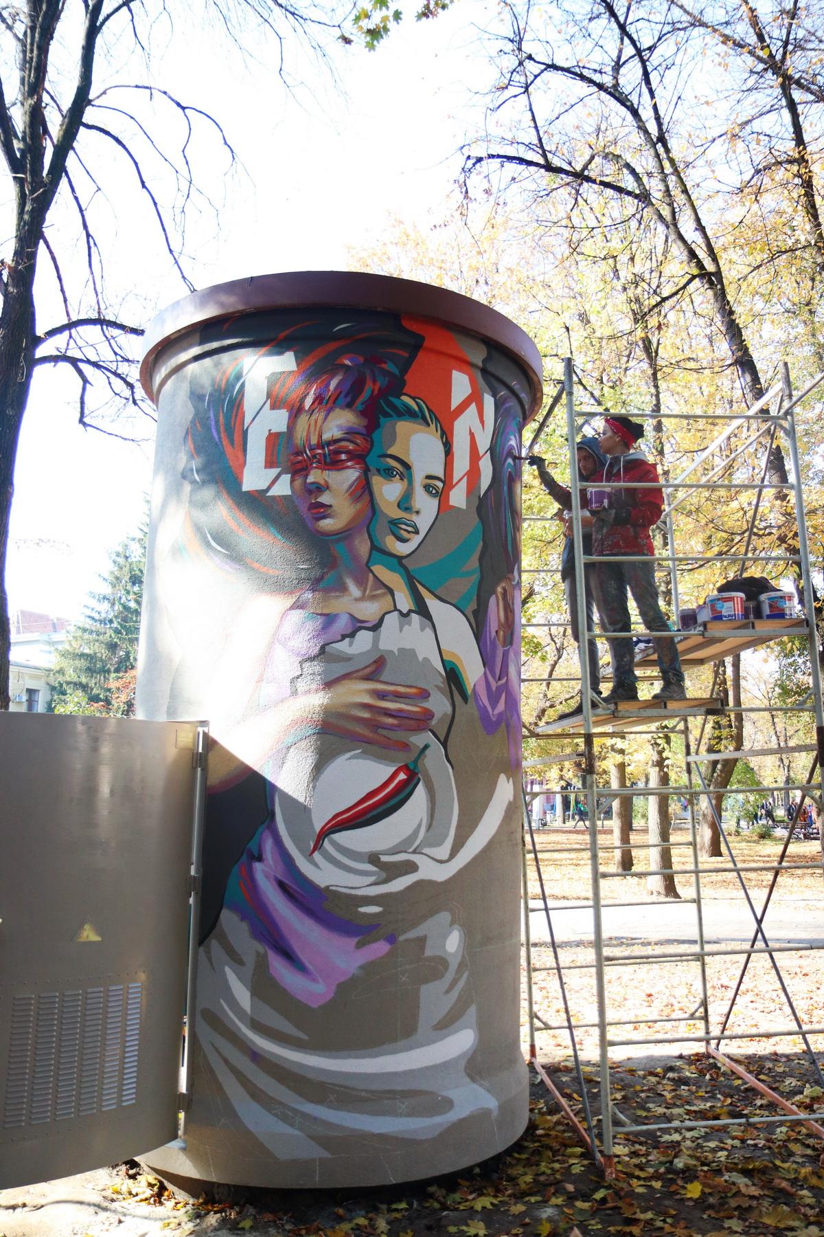 В сквері Міцкевича франківські художники розмальовують підстанцію обленерго 2