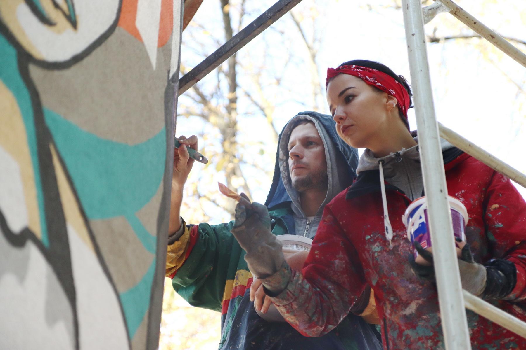 В сквері Міцкевича франківські художники розмальовують підстанцію обленерго 6