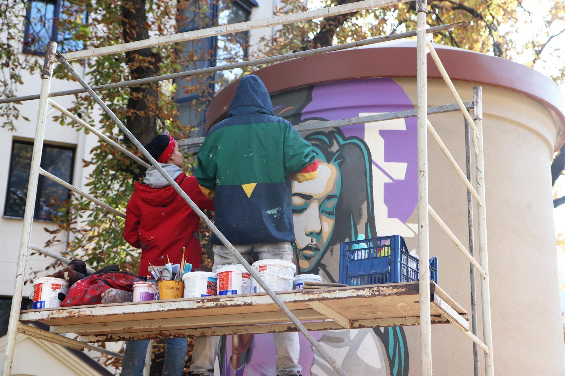 В сквері Міцкевича франківські художники розмальовують підстанцію обленерго 8