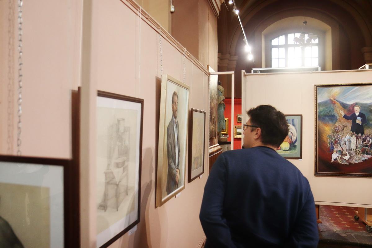 У Франківську дитяча художня школа відзначила ювілей великою виставкою 12